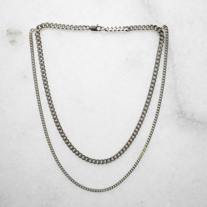 Necklace unevenly chained to the rhythm